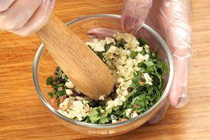 Разотрите хорошо пестиком, чтобы зелень и чеснок дали сок.