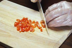 Помидоры разрезать на половинки, удалить сердцевину, нарезать на кубики 0,5*0,5см