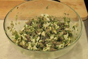 Лук нарезать мелкой крошкой, шампиньоны пластинками. Яйцо отварить и нарезать кубиком. Укроп и петрушку мелко порубить.На разогретой сковороде растопить сливочное масло, обжарить лук и грибы до золотистого цвета.Затем снять с огня и добавить яйцо,зелень.