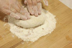 Когда тесто остынет, выложить на посыпанный мукой стол и хорошо вымесить руками.