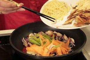 Вы можете добавлять любые овощи, которые есть у вас дома: кабачки или цукини, пекинскую капусту, перец, лук, брокколи, грибы.