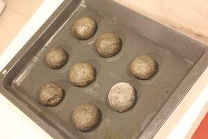 Накрыть тесто пищевой пленкой и оставить в теплом месте на 20-30 минут. Затем разделить тесто на 2-3 части и к каждой подмешать чернила каракатицы, хорошо разминая руками, до получения однородного цвета. Разделить на шарики, оставить подойти 10-15 минут.