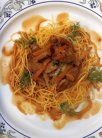 Жареная китайская лапша со свининой и овощами