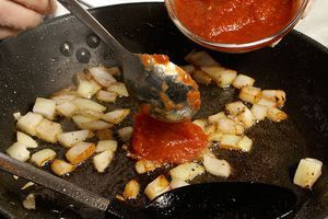 На этой же сковороде обжарьте лук и томатный соус
