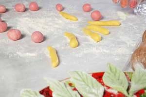Раскатайте на сахарной пудре необходимое количество мастики и слепите цветы, украшения. Дайте высохнуть минут 20-30.
