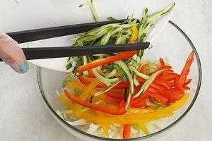 В глубокой чашке смешать овощи.