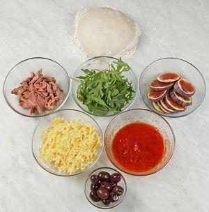 Для начинки: утиную грудку обжарить на разогретой сковороде без масла, кожей вниз, до румяной корочки. Внутри мясо должно остаться розовым. Инжир нарезать толстыми кругляшами. Сыр натереть на крупной терке.