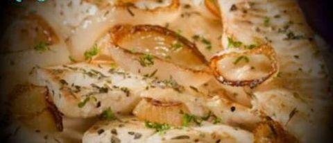 Бротола с креветками, кальмарами и картофелем под сливочно-винным соусом