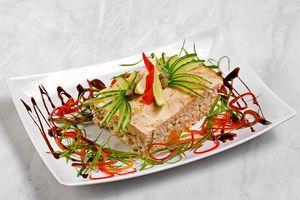 Готовый террин выложить на порционную тарелку и украсить тонкой соломкой красного перца и зеленого лука.