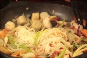 На разогретую сковороду выкладываем чеснок и растительное масло. Обжариваем 1 минуту. И добавляем лук, перец, морковь, грибы. Обжариваем овощи и грибы в течение 3 минут. Затем добавляем морепродукты. Традиционно морепродукты нельзя долго подвергать термической обработке. Поэтому оставшееся время обжаривания нашей смеси не должно превышать 4-5 минут.