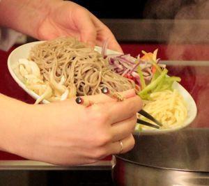 Добавляем сваренную лапшу и заливаем все овощным соусом Тонкацу.