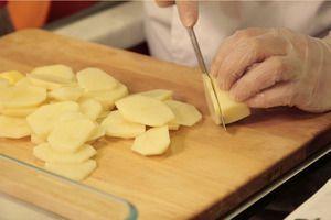 Приготовить гратен из картофеля: картофель очистить, нарезать тонкими кружочками.Посолить, поперчить по вкусу. Выложить в форму тонким слоем, затем посыпать тертым сыром. Затем выложить еще слой картофеля.