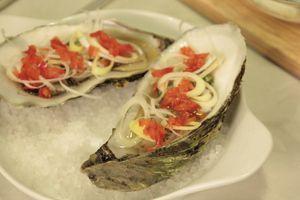 В форму для запекания на крупную морскую соль аккуратно уложите устрицы, сбрызните соком лимона. Выложите лук порей и перец. Сверху смажьте сливочно-сырной смесью.